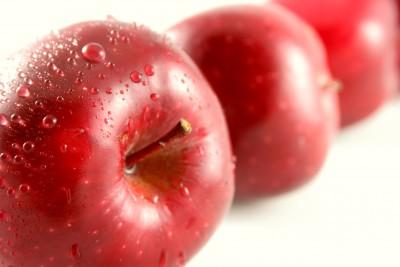 Torta di mele con yogurt e nocciole