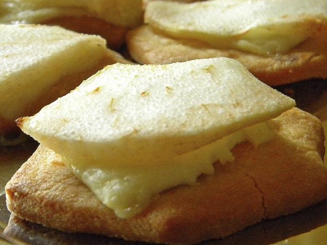 Biscotti salati con pere e caprino