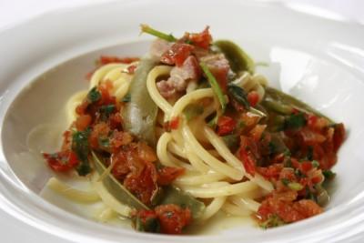 Pasta con peperoni e pancetta