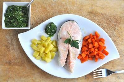 Salmone e patate in salsa verde al vapore