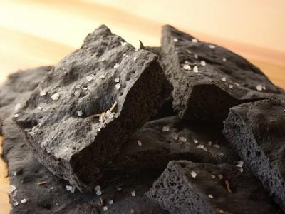 Pizza nera al carbone vegetale
