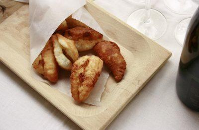 Calzoni ripieni fritti con ricotta e mortadella