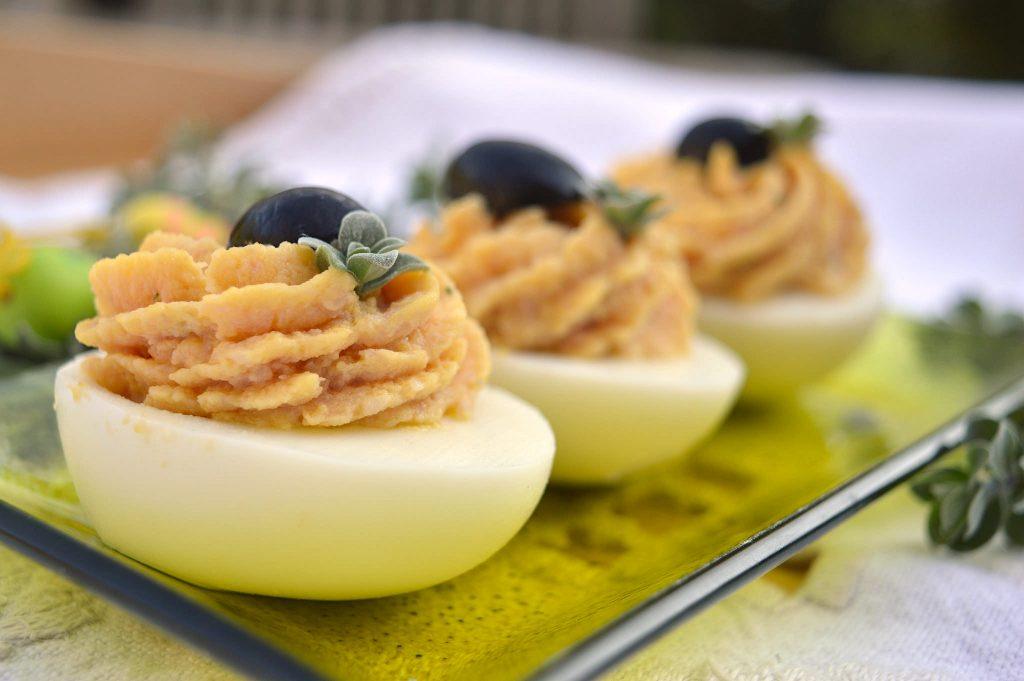 Uova sode ripiene di prosciutto