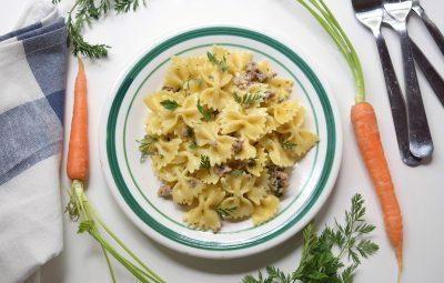 Pasta con ciuffi di carote e salsiccia