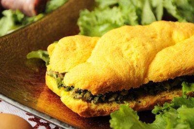Treccia di pan brioche senza glutine con broccoletti e salsiccia