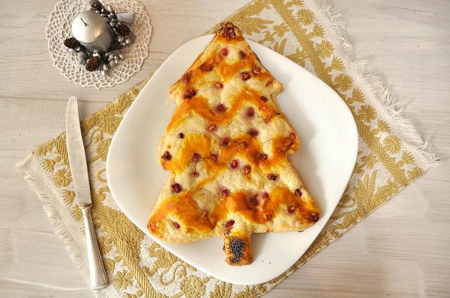 Albero di Natale di pasta sfoglia salato con salmone