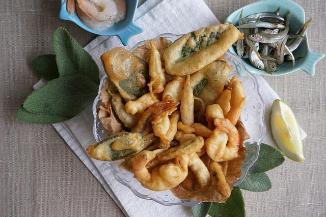 Frittura di pesce mista: gamberetti, latterini e salvia